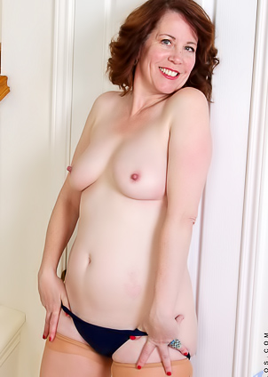 Curly milf Charli Hope loves to masturbate her twat