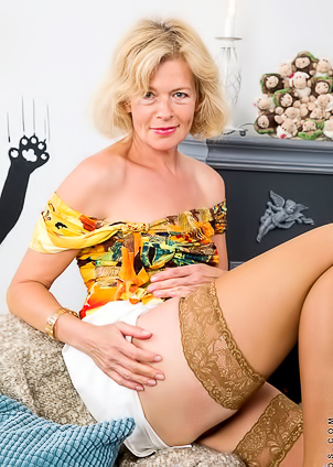 Mature Diana Gold pleases hairy cunt on camera